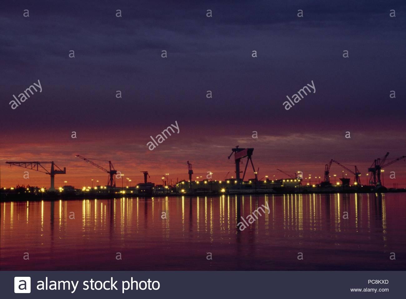 Beleuchtung von einer Werft reflektiert das Wasser in Newport News, Virginia. Stockbild