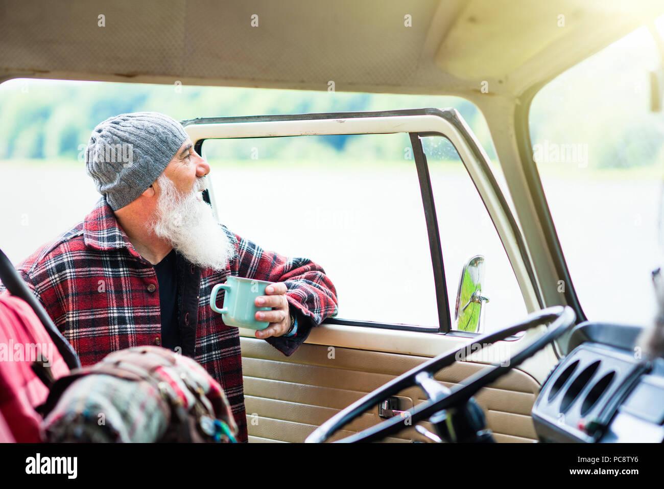 Älterer Mann in der Nähe seines Pickup, bereit für eine Wanderung in den Wäldern Stockbild