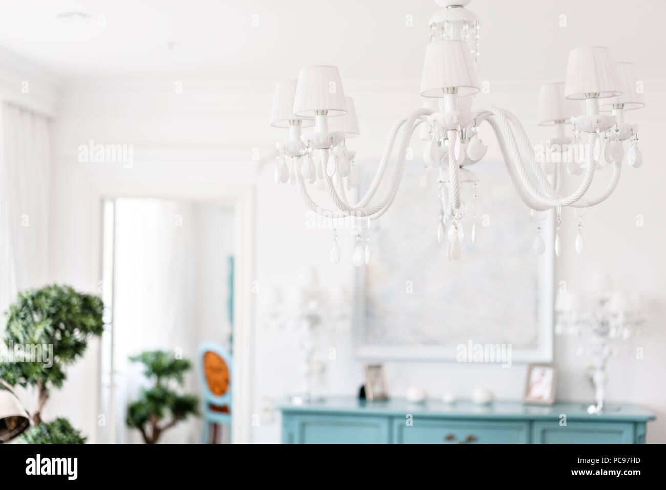 Zimmer Mit Kronleuchter ~ Kronleuchter an der decke weiß modernes interieur hotel lighte