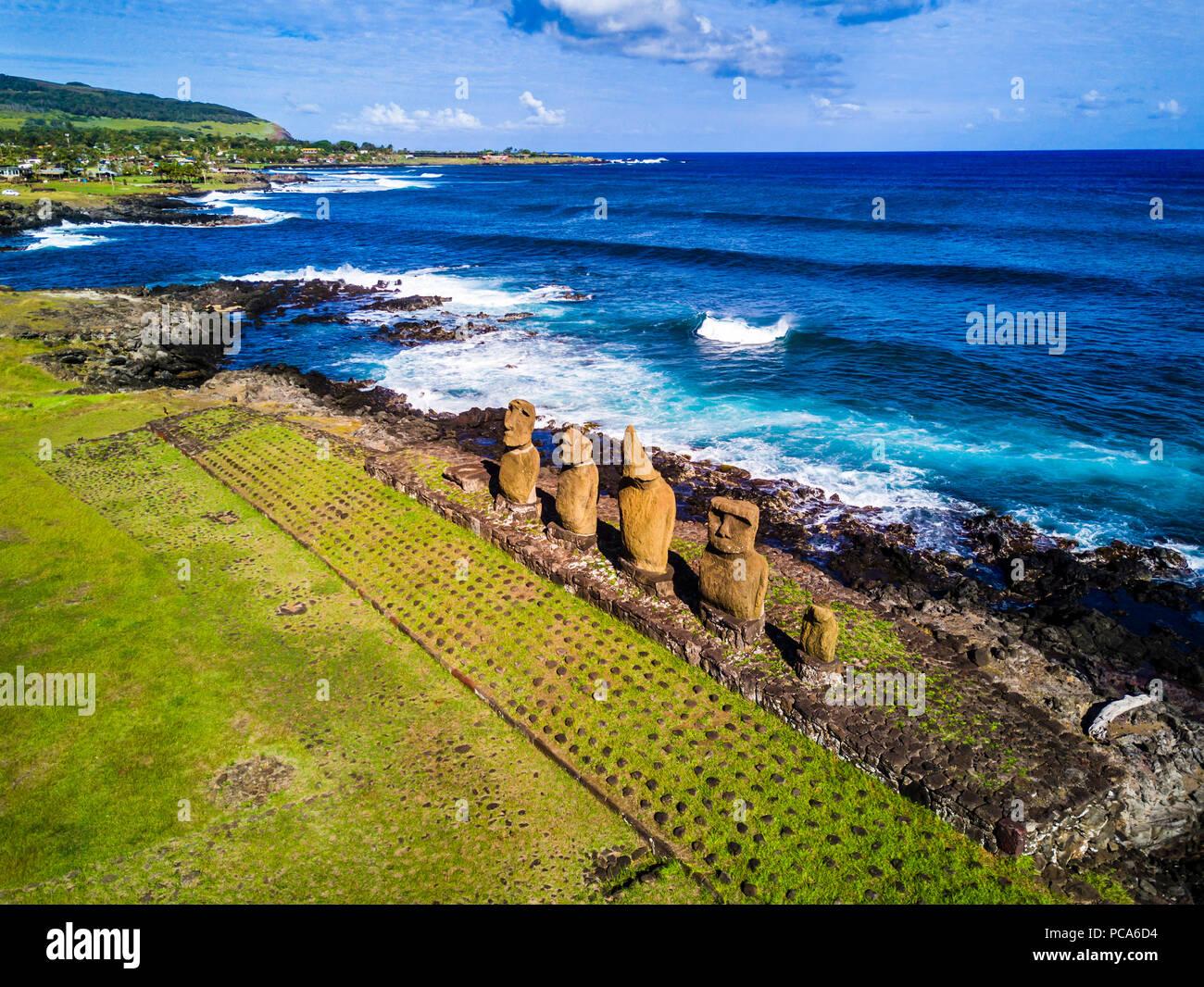 Eine Luftaufnahme über Ahu Tahai allein, Hanga Roa, Moai auf der Osterinsel. Dies ist der einzige mit gemalten Augen wie es war in der Vergangenheit. Stockbild