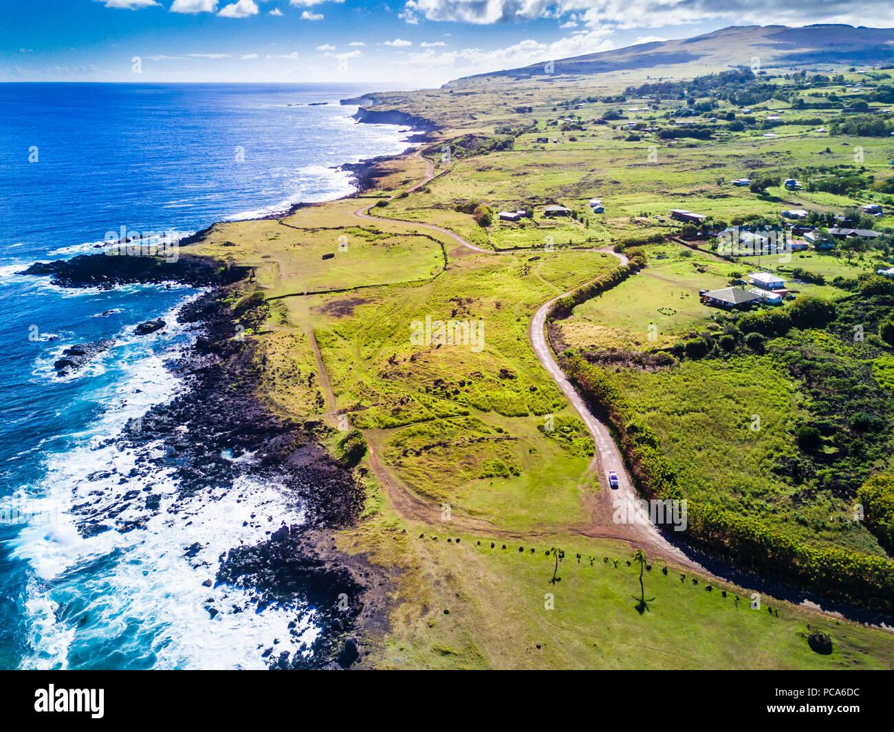 Ein Luftbild im Norden an der Westküste der Insel auf seiner Stadt Hanga Roa anzeigen eine wunderbare Küste, Rapa Nui, Chile Stockbild