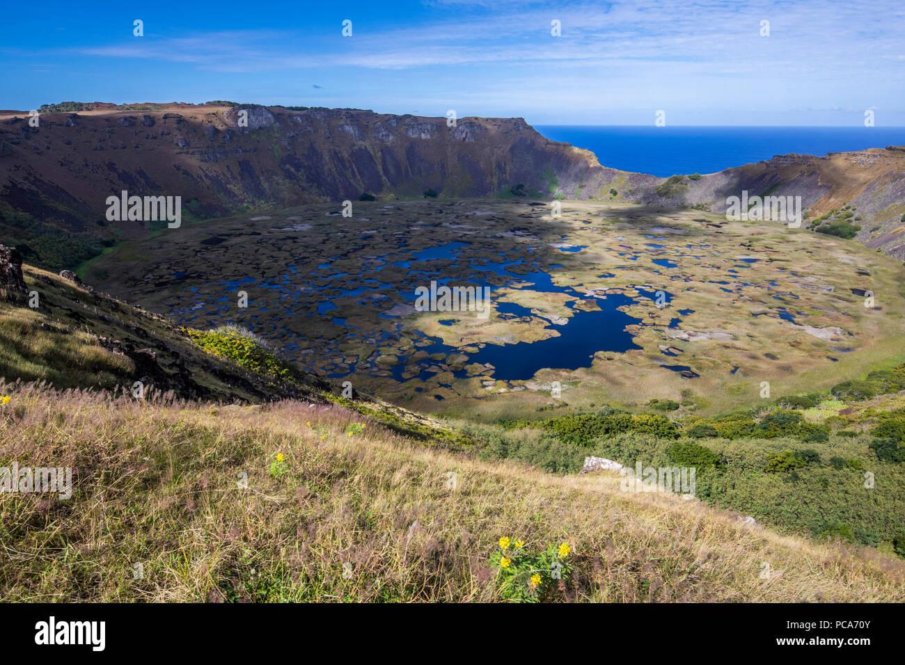 Tolle Aussicht auf den Vulkan Rano Kau, vielleicht ist das die beeindruckende Landschaft im Inneren der Osterinsel. Stockbild