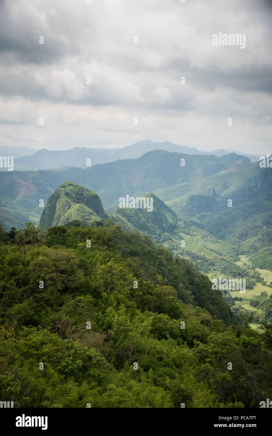 Schönen, grünen Landschaft von einem Aussichtspunkt über Nong Khiaw in der Demokratischen Volksrepublik Laos gesehen. Stockbild
