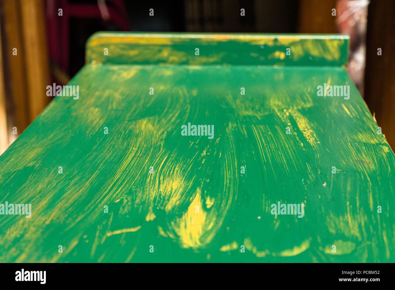 Oberseite eines alten Schrankes, die für die weitere Verwendung wiederhergestellt ist und erhält eine erste mit grünem Lack, Möbel Stockbild