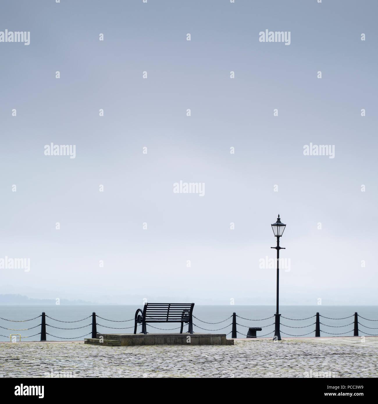 Einsame leere Sitzbank Küste Meer ruhigen Achtsamkeit Szene Stockbild