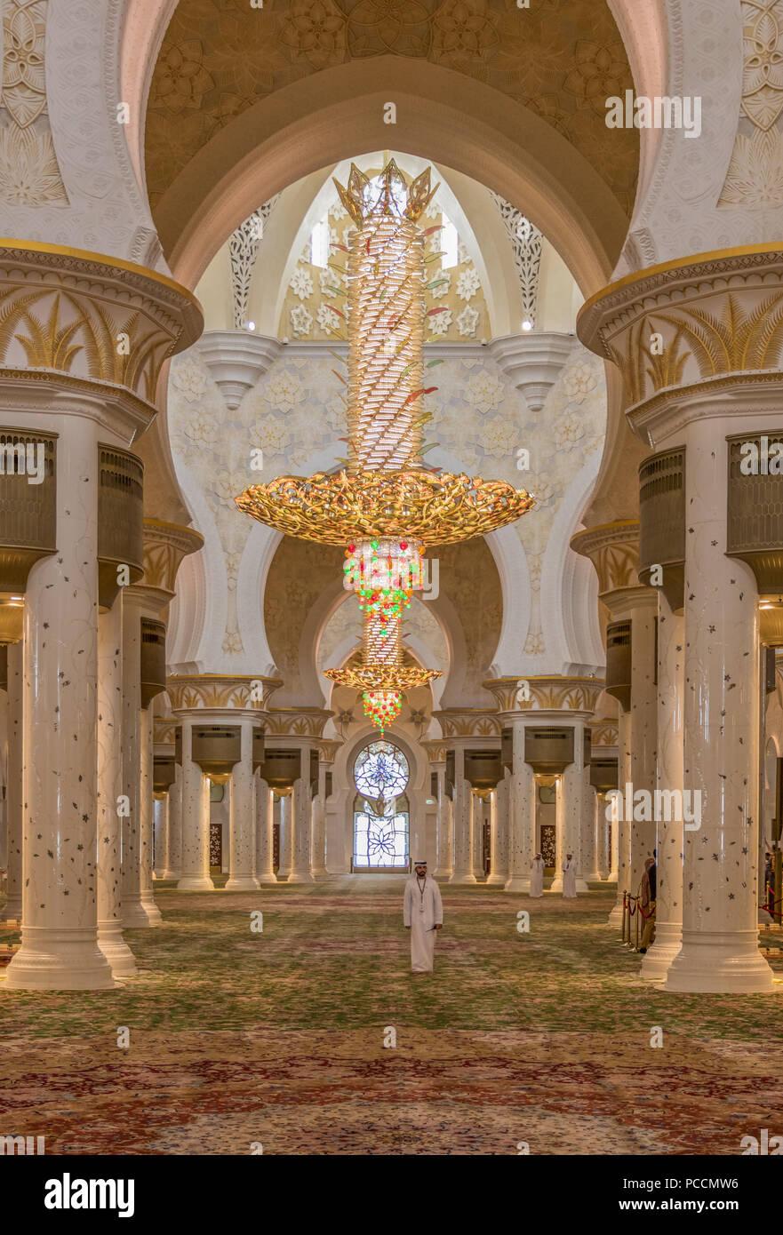 Abu Dhabi - der Sheikh Zayed Moschee ist das bekannteste Wahrzeichen in Abu Dabhi. Hier insbesondere einen Einblick in ihre wunderbare Architektur Stockbild
