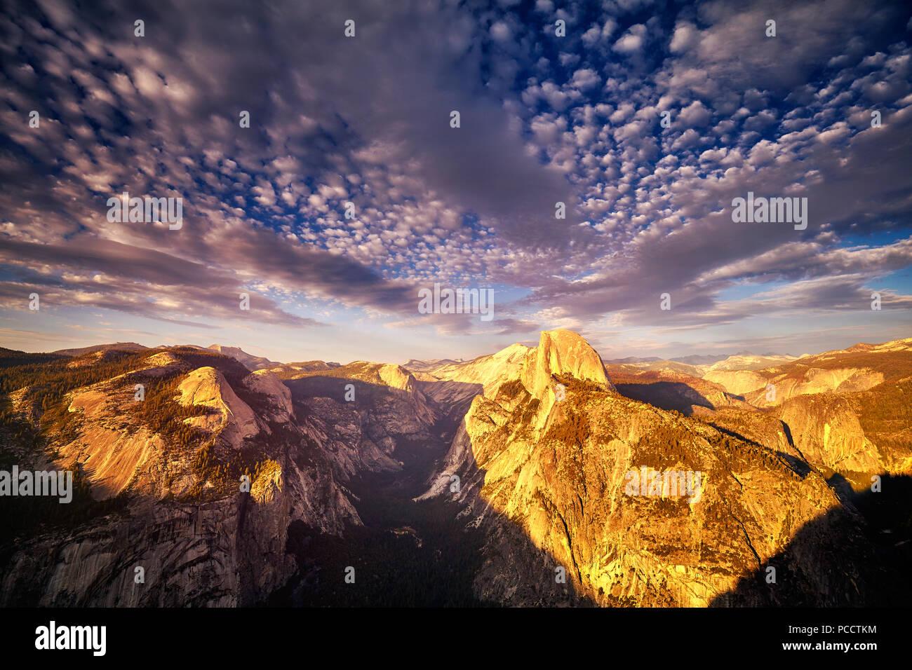 Half Dome im Yosemite National Park vom Glacier Point bei Sonnenuntergang, Kalifornien, USA gesehen. Stockbild