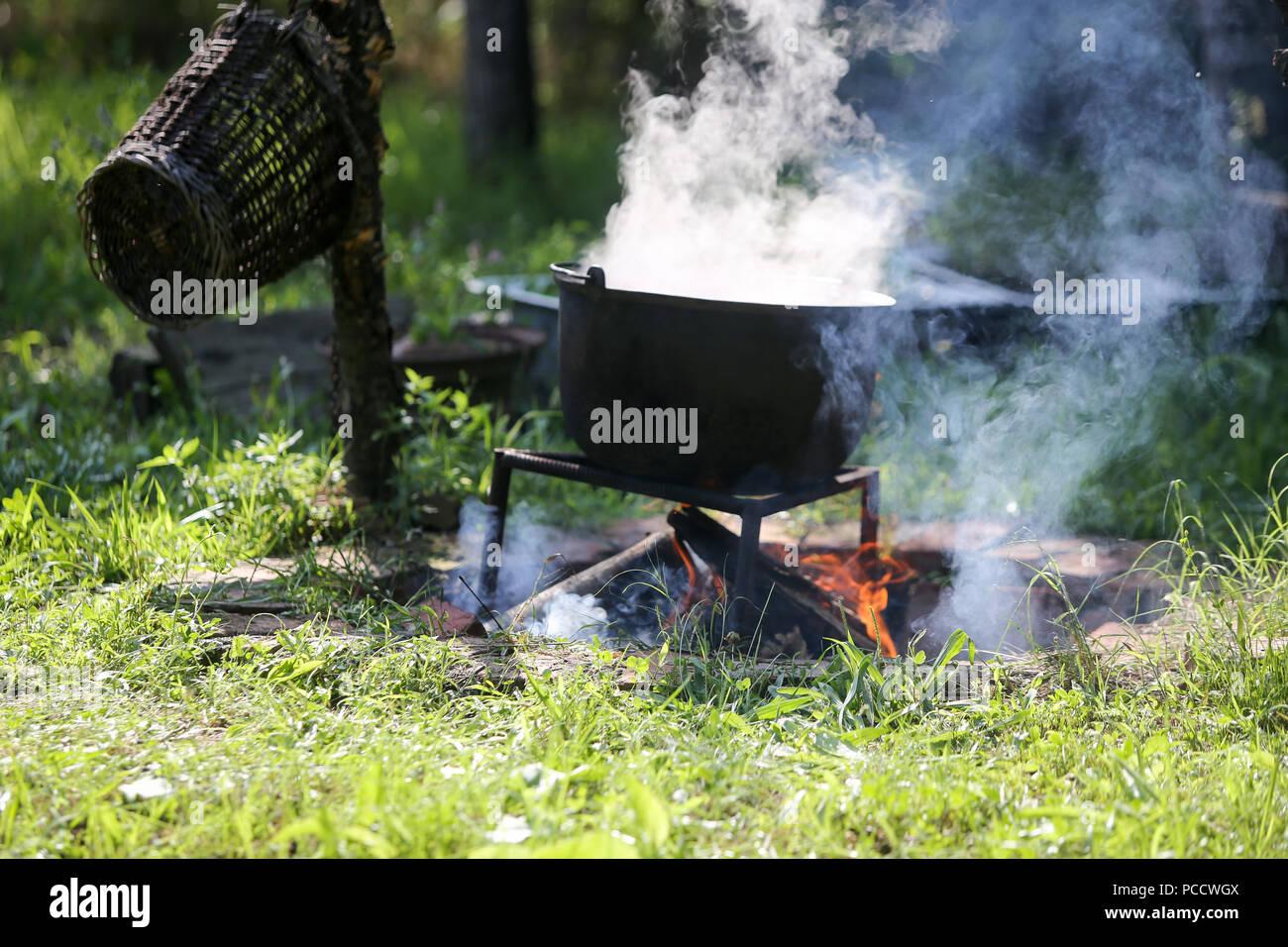 Gusseisen Kessel Kochen einer gulasch Eintopf über offenem Holzfeuer ...