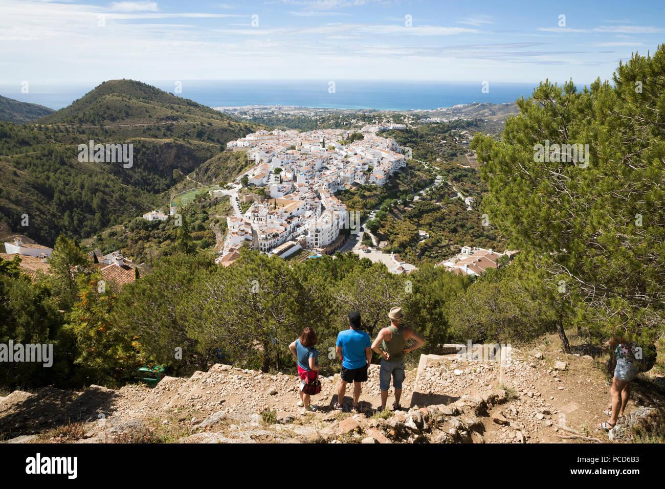 Blick auf weißen andalusischen Dorf mit Blick auf das Meer, Frigiliana, Provinz Malaga, Costa del Sol, Andalusien, Spanien, Europa Stockbild