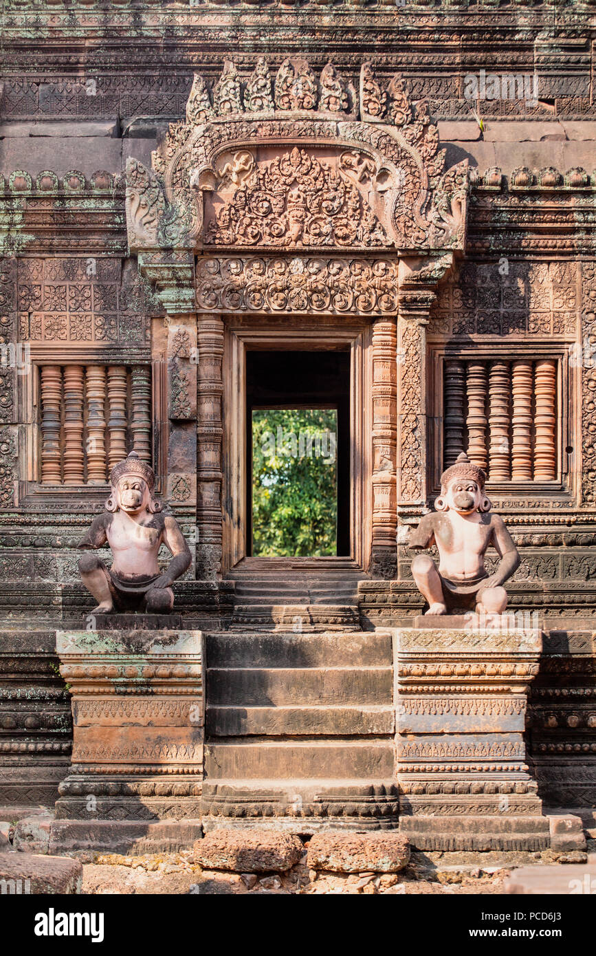 Detaillierte Schnitzerei an der Fassade eines Tempel von Banteay Srei, Angkor, UNESCO-Weltkulturerbe, Siem Reap, Kambodscha, Indochina, Südostasien, Asien Stockbild