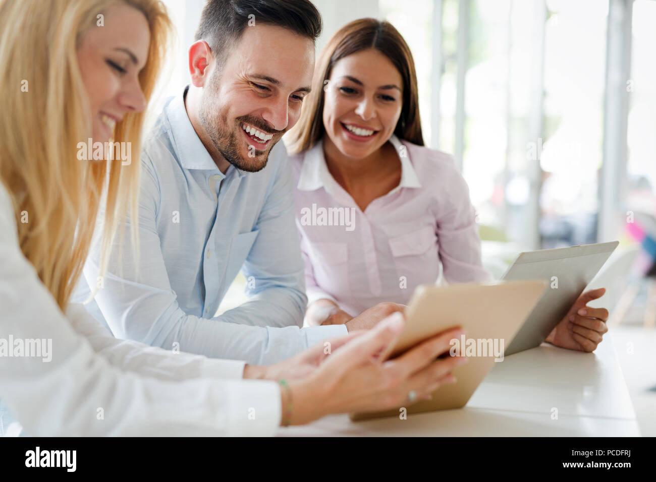 Business-Leute, die Spaß im Büro Stockbild