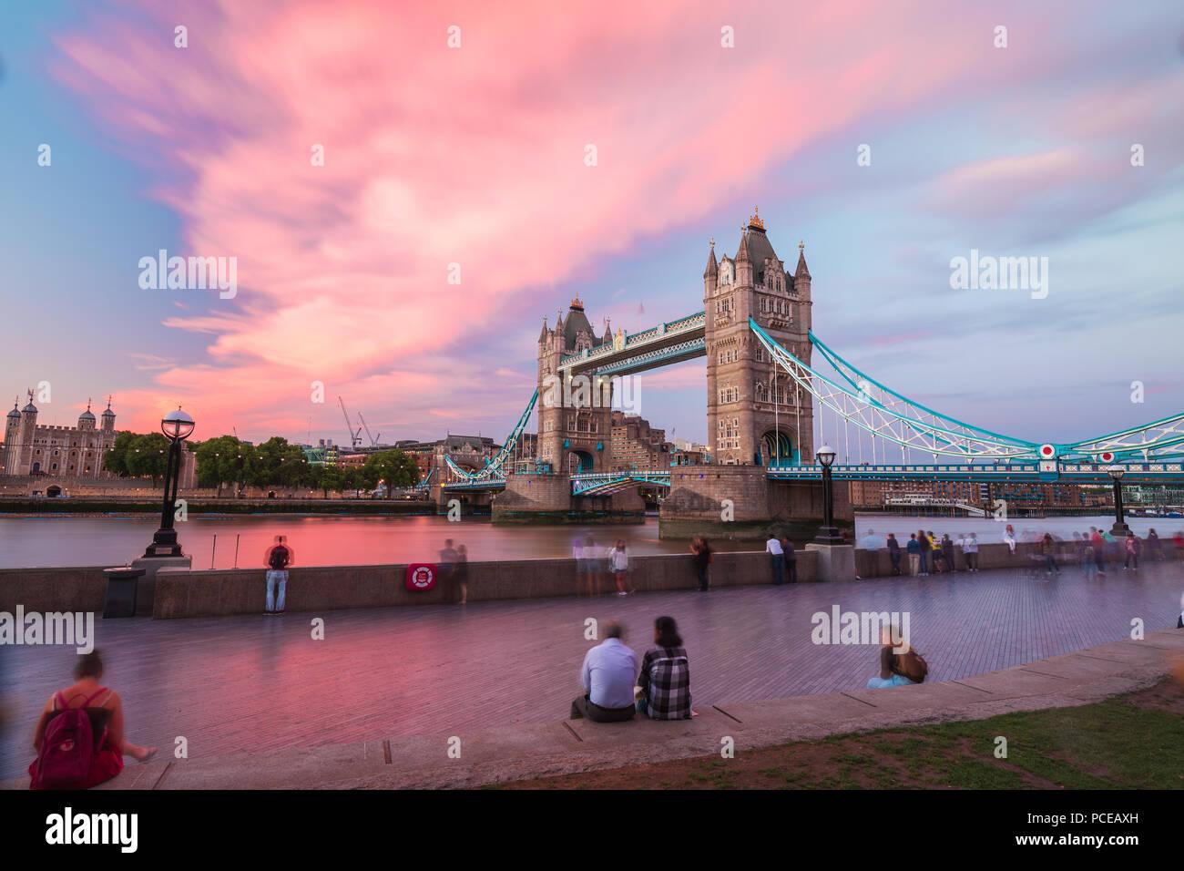 London, Vereinigtes Königreich: Die weltberühmten Tower Bridge schossen aus verschiedenen Winkel und prospektiven Stockbild
