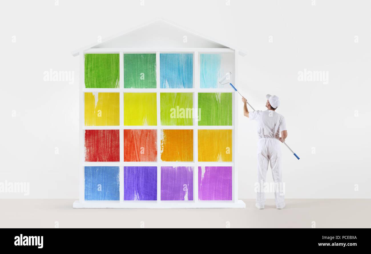 Maler Mann Mit Farbroller, Malen Ein Farben Haus Modell Isoliert Auf Der  Leeren Wand Hintergrund