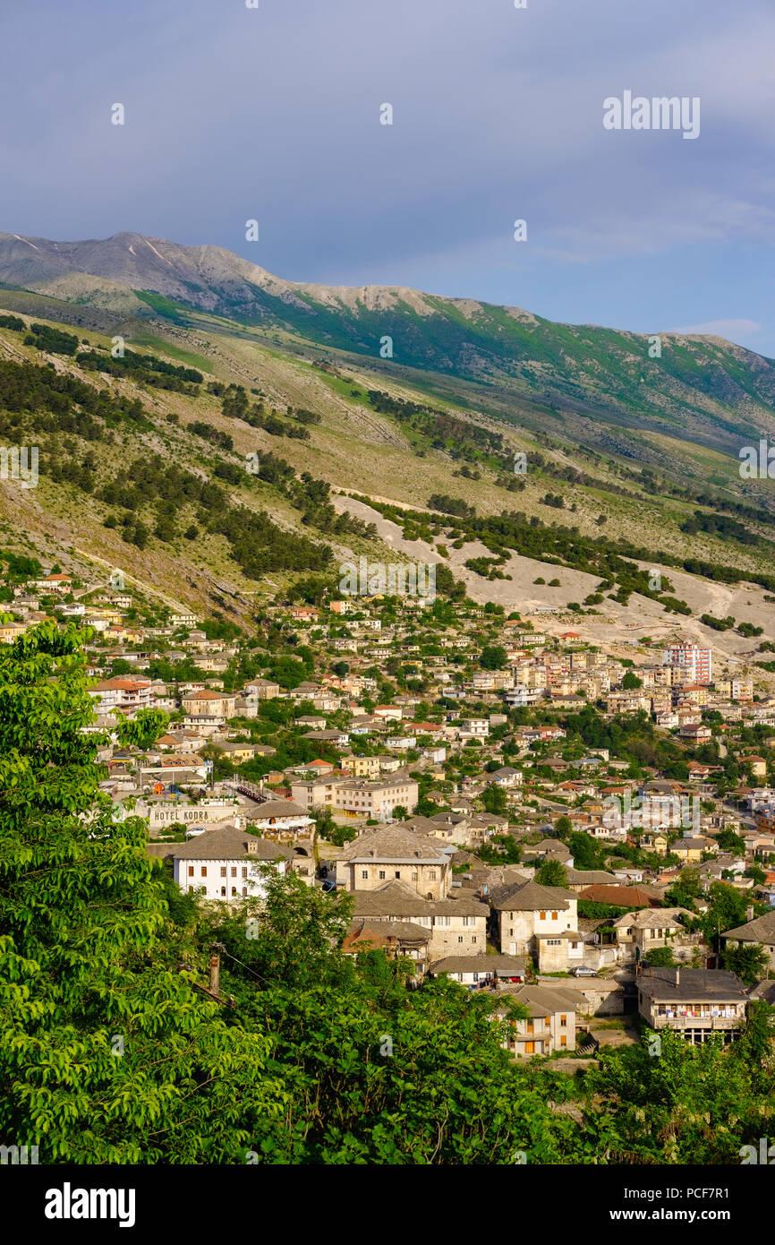 Stadtbild und Berge Mali i Gjerë, Gjirokastra, Gjirokastër, Albanien Stockbild