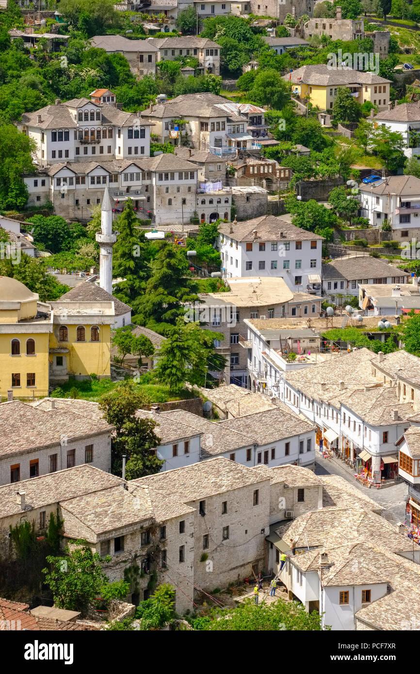 Altstadt mit Basar und Berge Mali i Gjerë, Blick vom Schloss, Gjirokastra, Gjirokastër, Albanien Stockbild