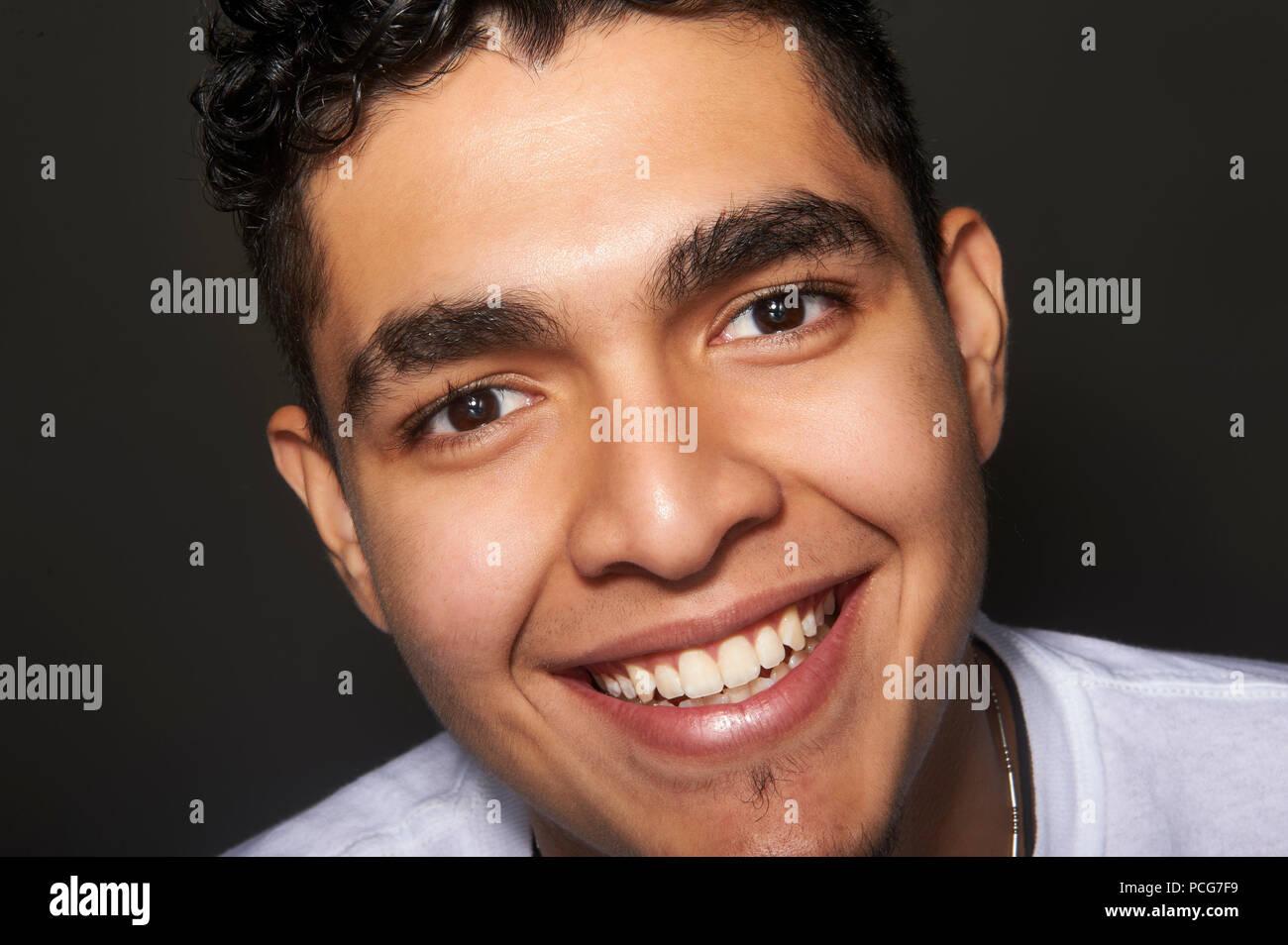 Studio Portrait eines 19 Jahre alten jungen Mann lächelnd Stockbild