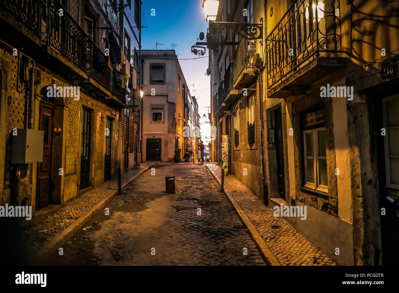 Lissabon. Eine Straße in Bairro Alto in der Nacht. Stockbild