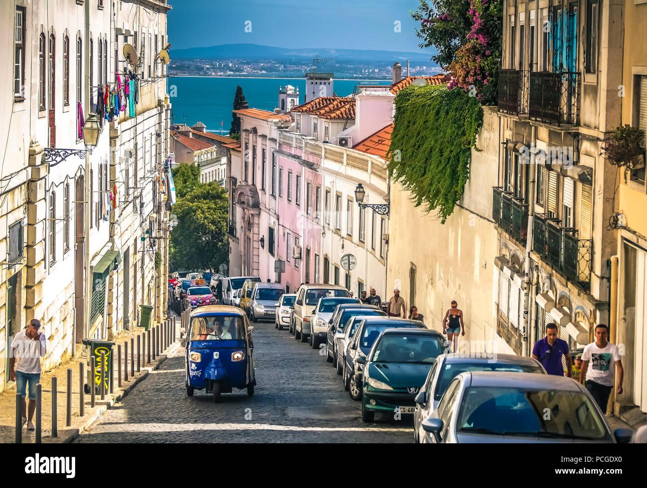 Lissabon. Ein Tuk-tuk der ersten Generation Bergauf klettern in Graça. Stockbild