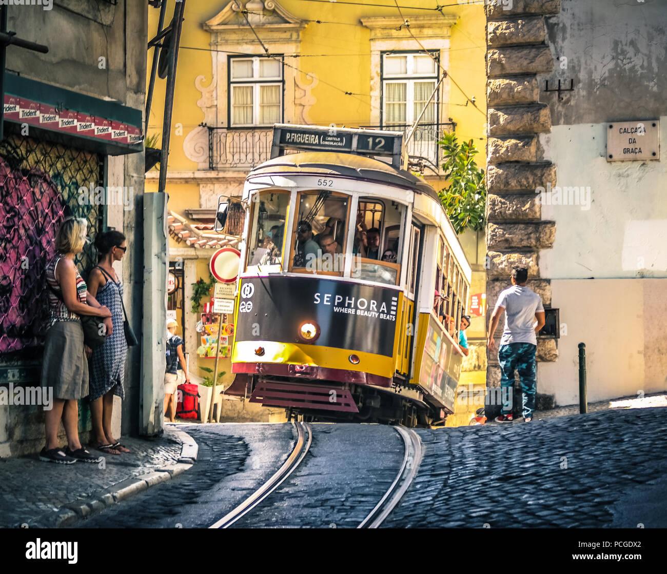 Lissabon. Berühmte alte Straßenbahn klettern bergauf in der Alfama. Stockbild