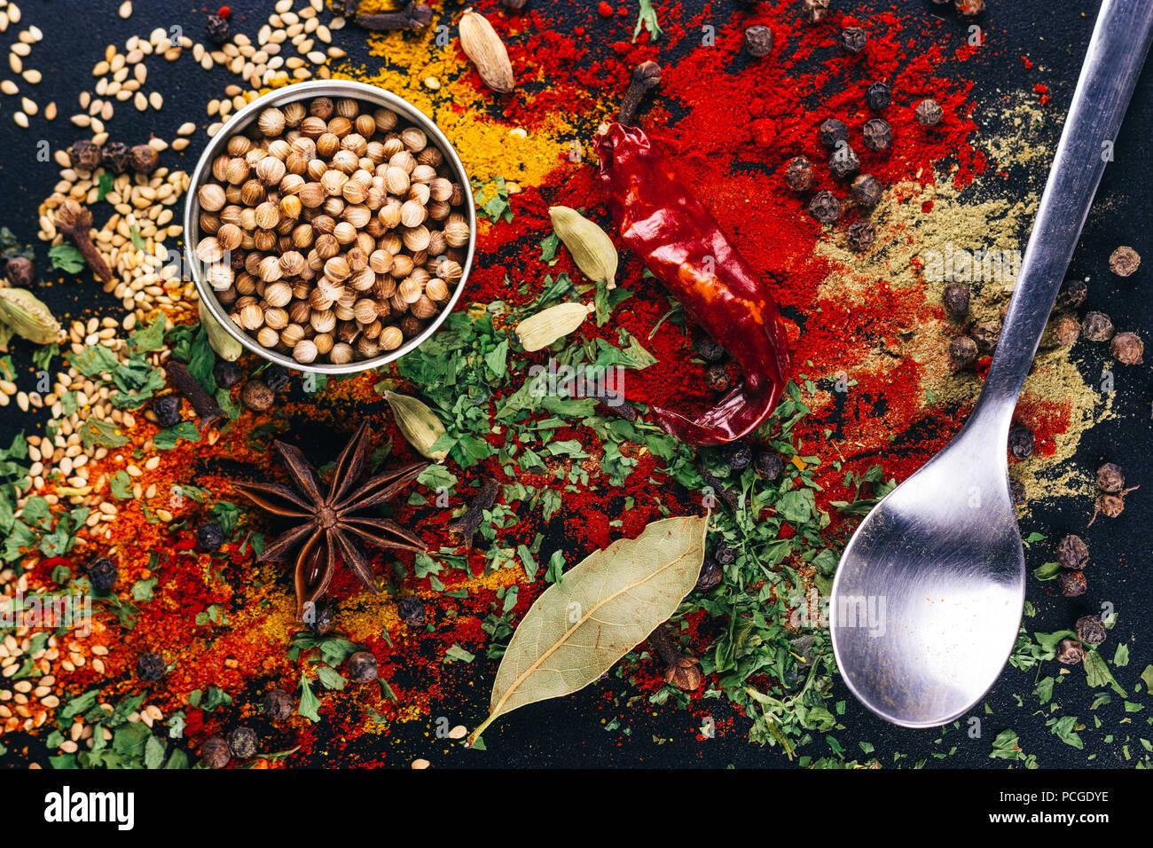 Die Katastrophe von Gewürzen und Zutaten zum Kochen, auf einem dunklen Tabelle, Restaurant Konzept Stockbild