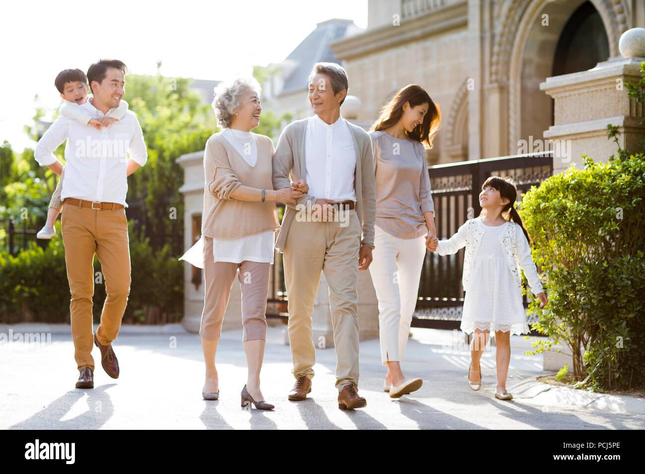 Happy chinesischen Familie außerhalb Bummeln Stockbild