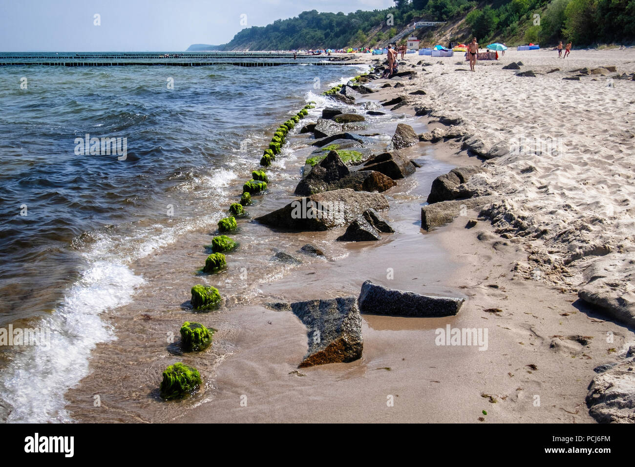 Deutschland Zempin, Stubbenfelde Strand. Küsten Badeort auf der Insel Usedom an der Ostsee. Felsen & Holz groyne verhindern Erosion der Sandstrand Stockbild