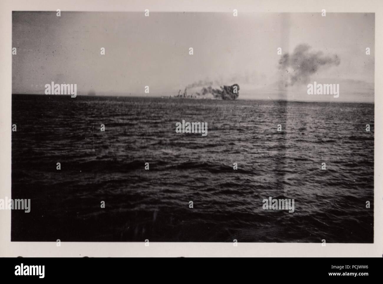 Bild aus dem Fotoalbum von Oberfänrich Wilhelm Gaul - Die deutsche Heavy Cruiser Deutschland unter Luft Angriff durch die spanischen Republikaner Flugzeuge am 29. Mai 1937. Ihre Bomben verursacht große Brände auf Deutschland, 31 Seeleute getötet und verletzt 74. Stockbild