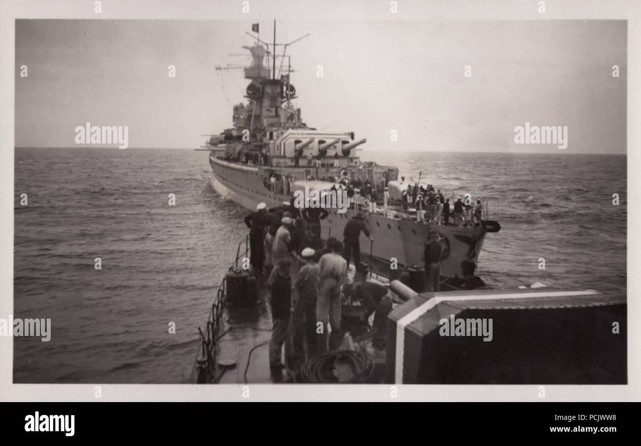 Bild aus dem Fotoalbum von Oberfänrich Wilhelm Gaul - Die deutsche Heavy Cruiser Deutschland Rendezvous mit dem Torpedoboot Leopard seine Toten zu entlasten. Nach einem Luftangriff durch spanische Republikanische Flugzeuge am 29. Mai 1937. Ihre Bomben verursacht große Brände auf Deutschland, 31 Seeleute getötet und verletzt 74. Stockbild