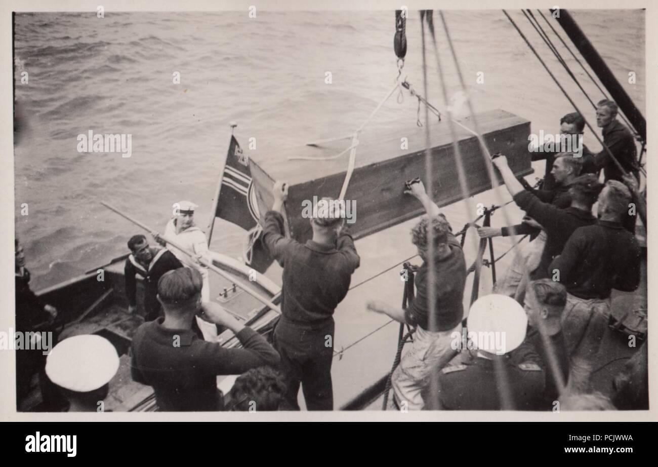 Bild aus dem Fotoalbum von Oberfänrich Wilhelm Gaul - Särge sind an Bord Torpedoboot Leopard vom Deutschen Cruiser Deutschland, nach einem Luftangriff durch spanische Republikanische Flugzeuge am 29. Mai 1937. Ihre Bomben verursacht große Brände auf Deutschland, 31 Seeleute getötet und verletzt 74. Stockbild