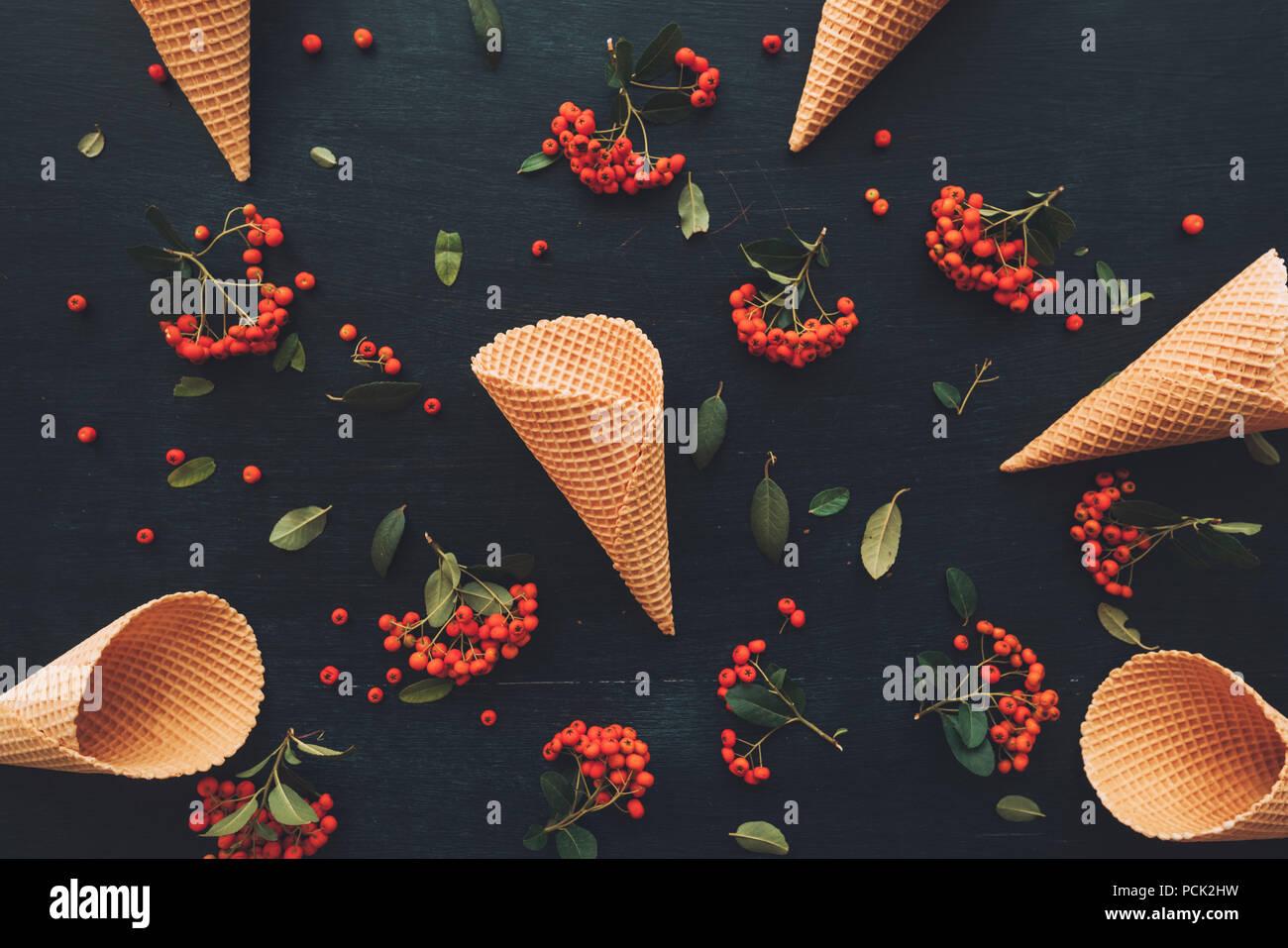 Waffel Eiswaffel flach Draufsicht auf dunklen schwarzen Holz- Hintergrund mit Wild Berry Obst Anordnung eingerichtet Stockbild