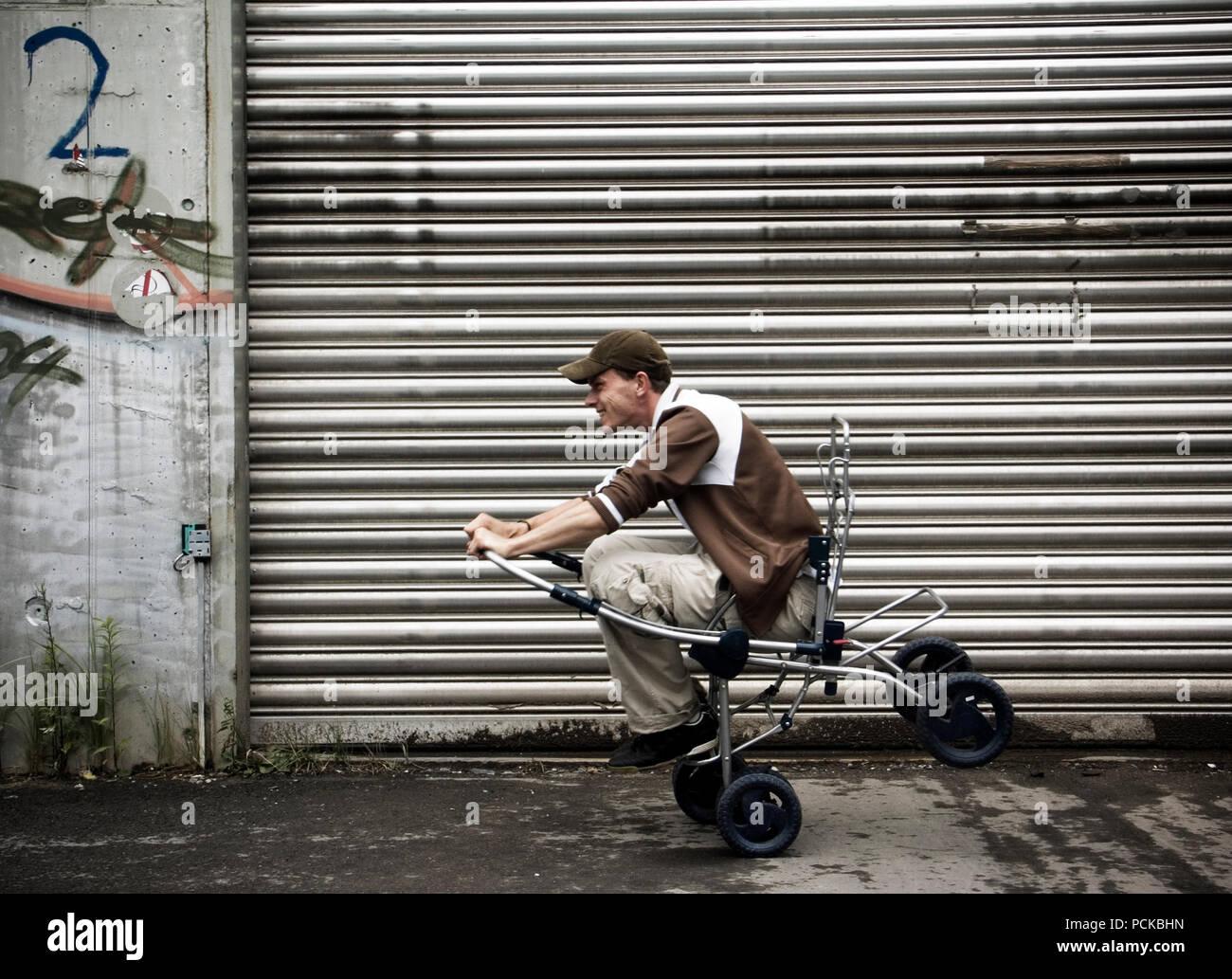 Mann, Balance, Baby Stroller, Humor, bizarre Stockbild