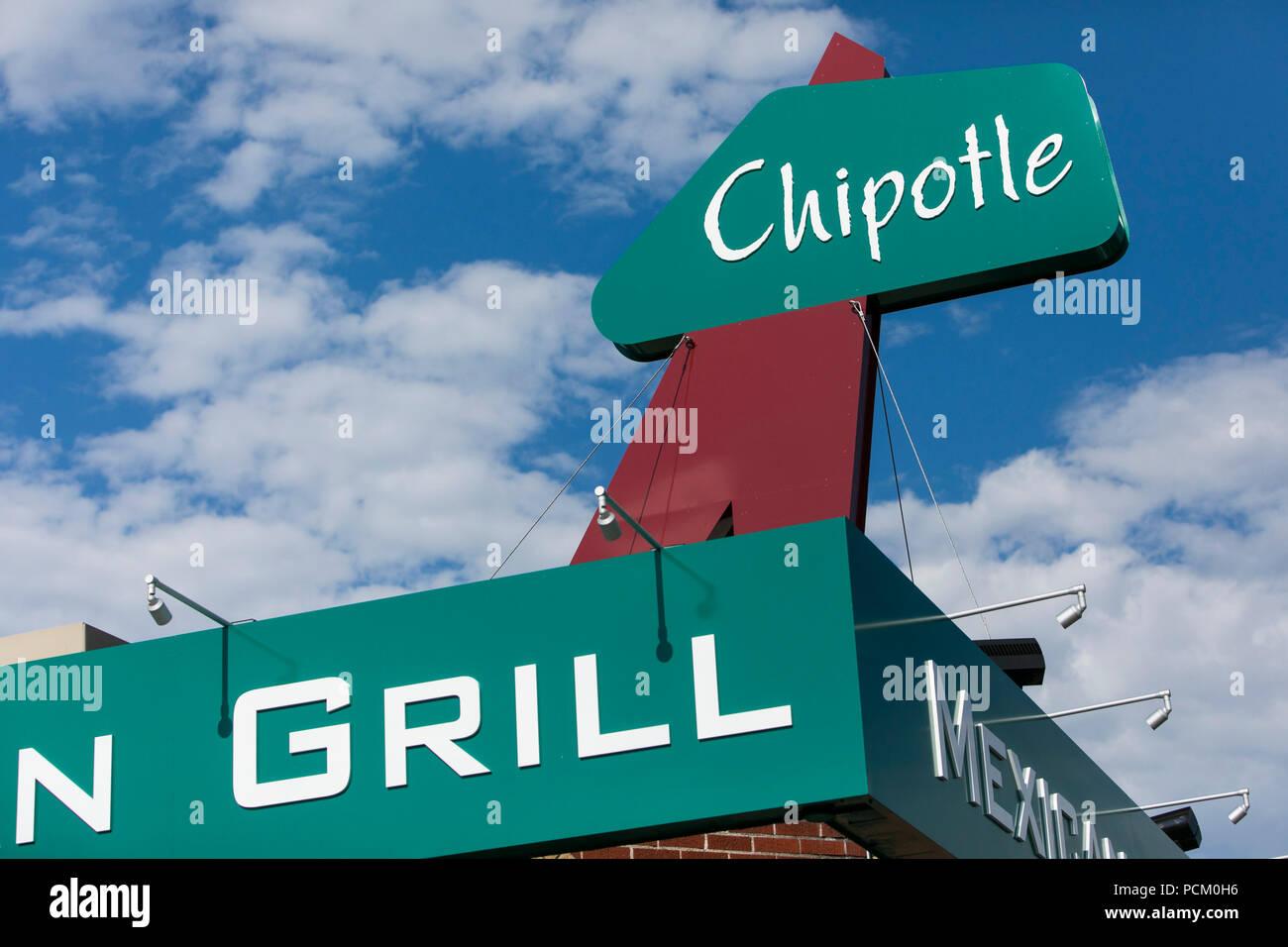 Ein logo Zeichen außerhalb des ersten Chipotle schnelle ungezwungene Restaurant Lage in Denver, Colorado, am 22. Juli 2018. Stockbild