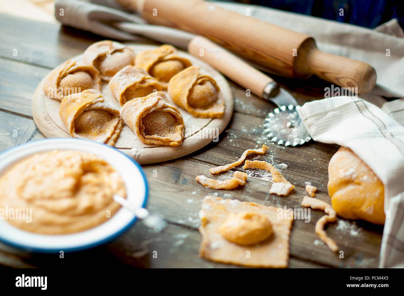 Ein Gericht der Italienischen Küche. Ravioli mit Kürbis und Käse. Abendessen kochen. gelbe Teig Stockbild