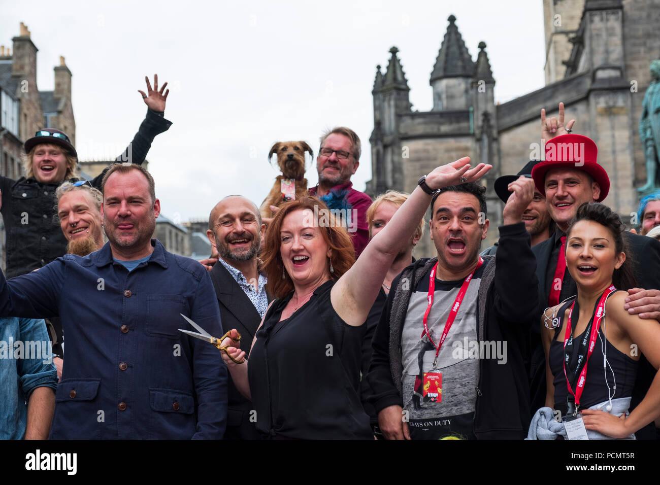 Edinburgh, Schottland, Großbritannien; 3. August, 2018. Offizielle Eröffnung des neuen Virgin Money Fringe Street Veranstaltungen auf der Royal Mile in Edinburgh. Darsteller und Shona McCarthy Chief Executive des Edinburgh Fringe Gesellschaft sammeln das rote Band zu schneiden, und in diesem Jahr Fringe Festival eröffnen. Credit: Iain Masterton/Alamy leben Nachrichten Stockbild