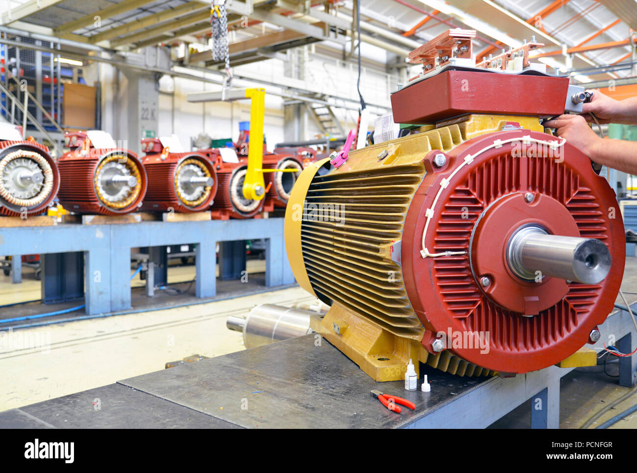 Architektur und Ausstattung einer Fabrik für Maschinenbau: Montage von Elektromotoren Stockbild