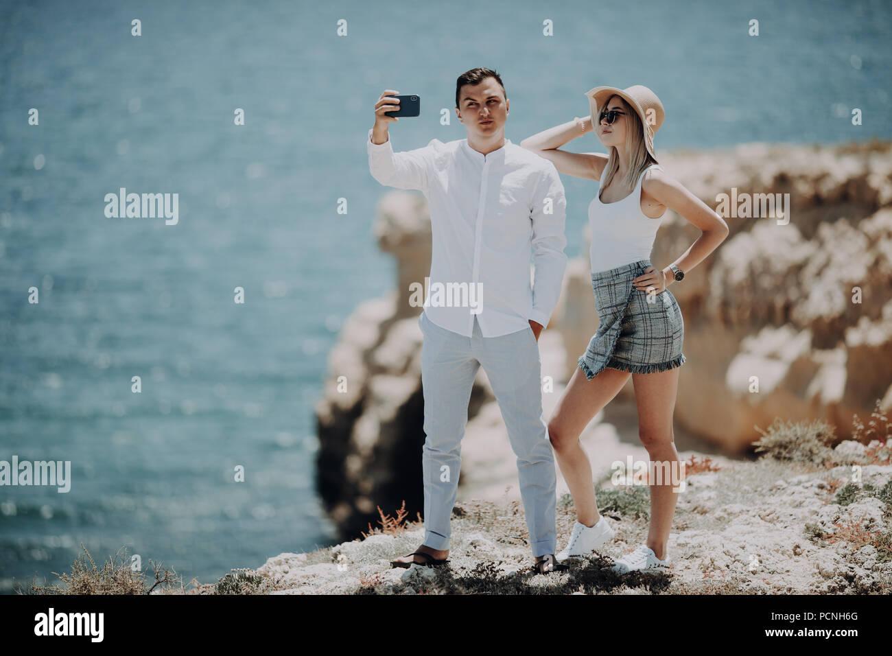 Paar unter selfie self portrait Foto romantisch. Glückliche Liebhaber, Frau und Mann sie auf Geschäftsreise Stockbild