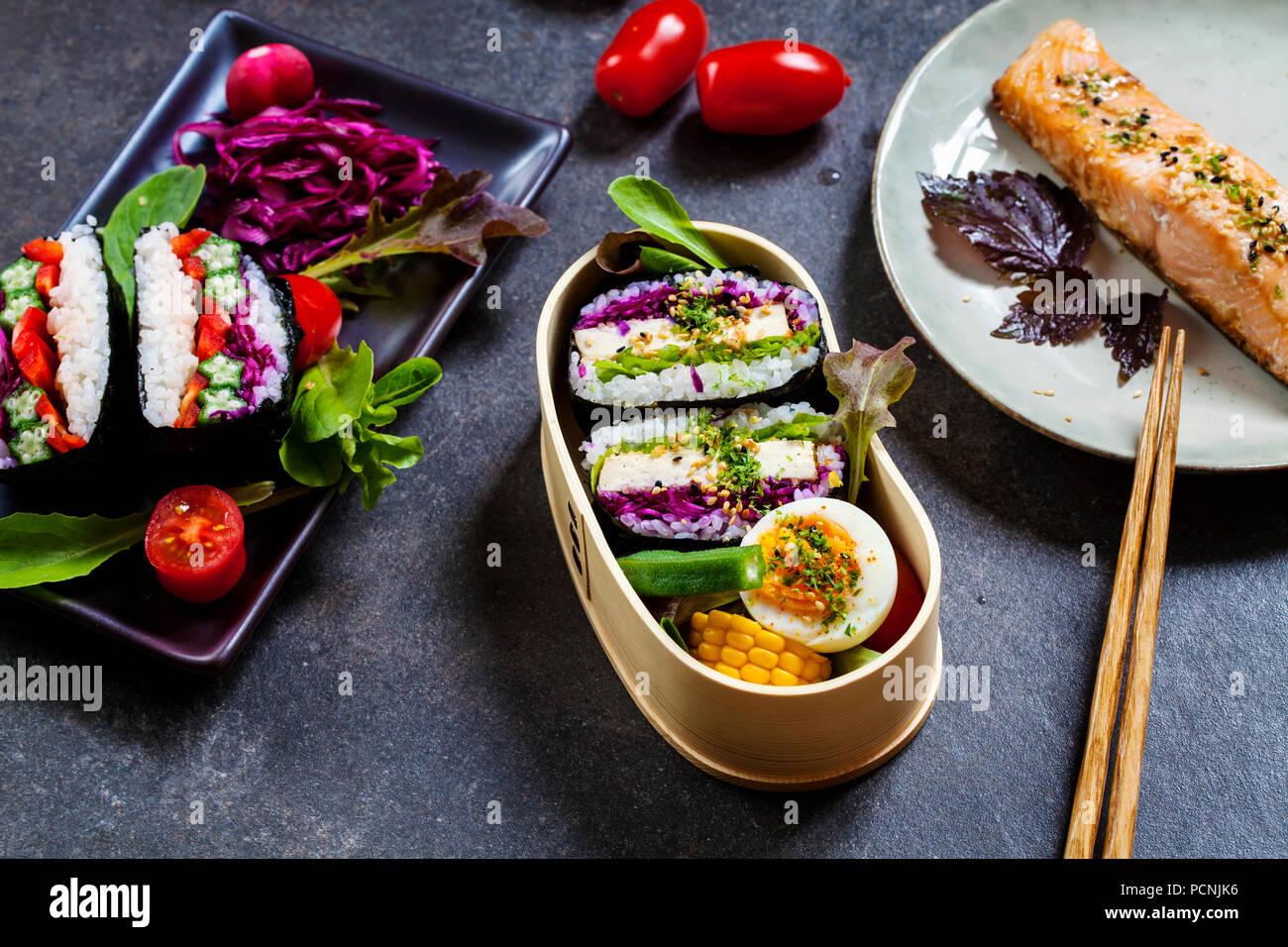 Japanisches Mittagessen mit Tofu onigirazu und Lachs Stockbild