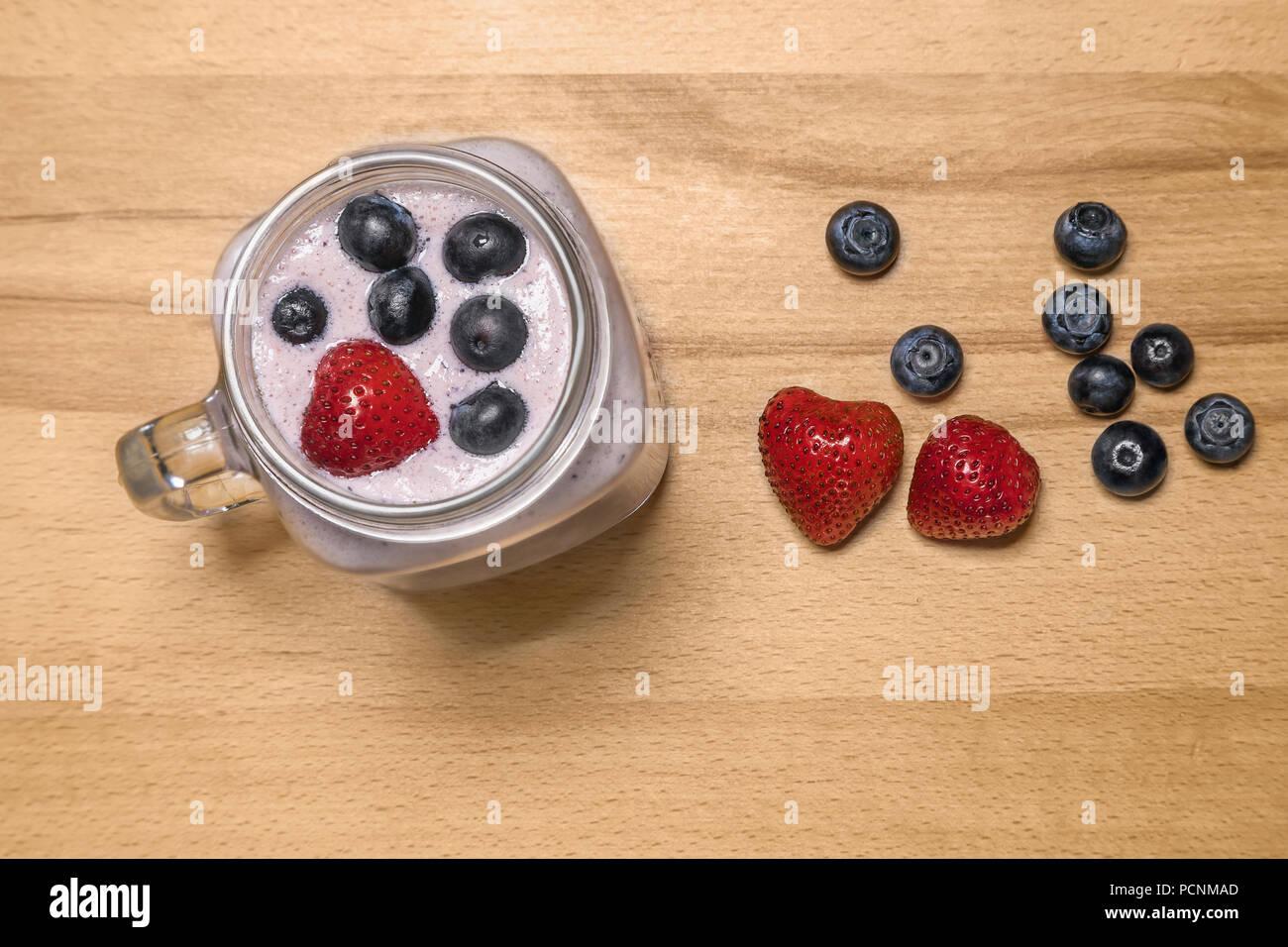 Berry Smoothie mit Erdbeeren und Blaubeeren in einem Marmeladenglas ein Stockfoto