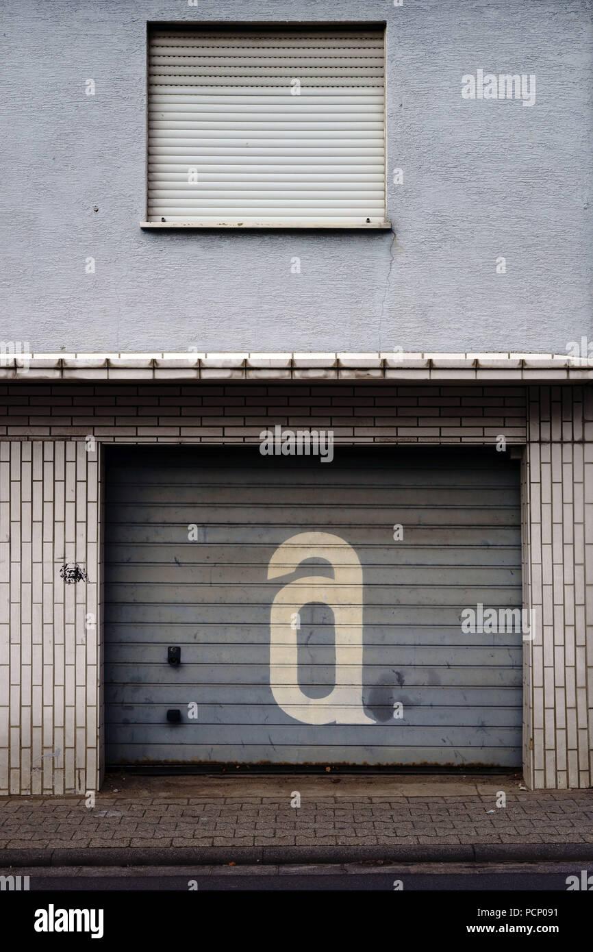 Ein nostalgischer Garage mit abgesenktem Fensterläden. Stockbild