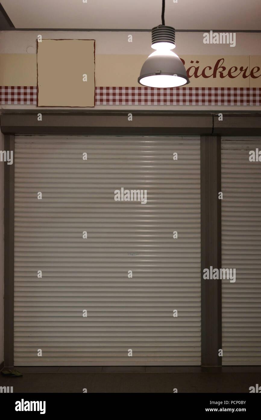 Eine geschlossene Bäckerei mit abgesenktem Jalousien. Stockfoto
