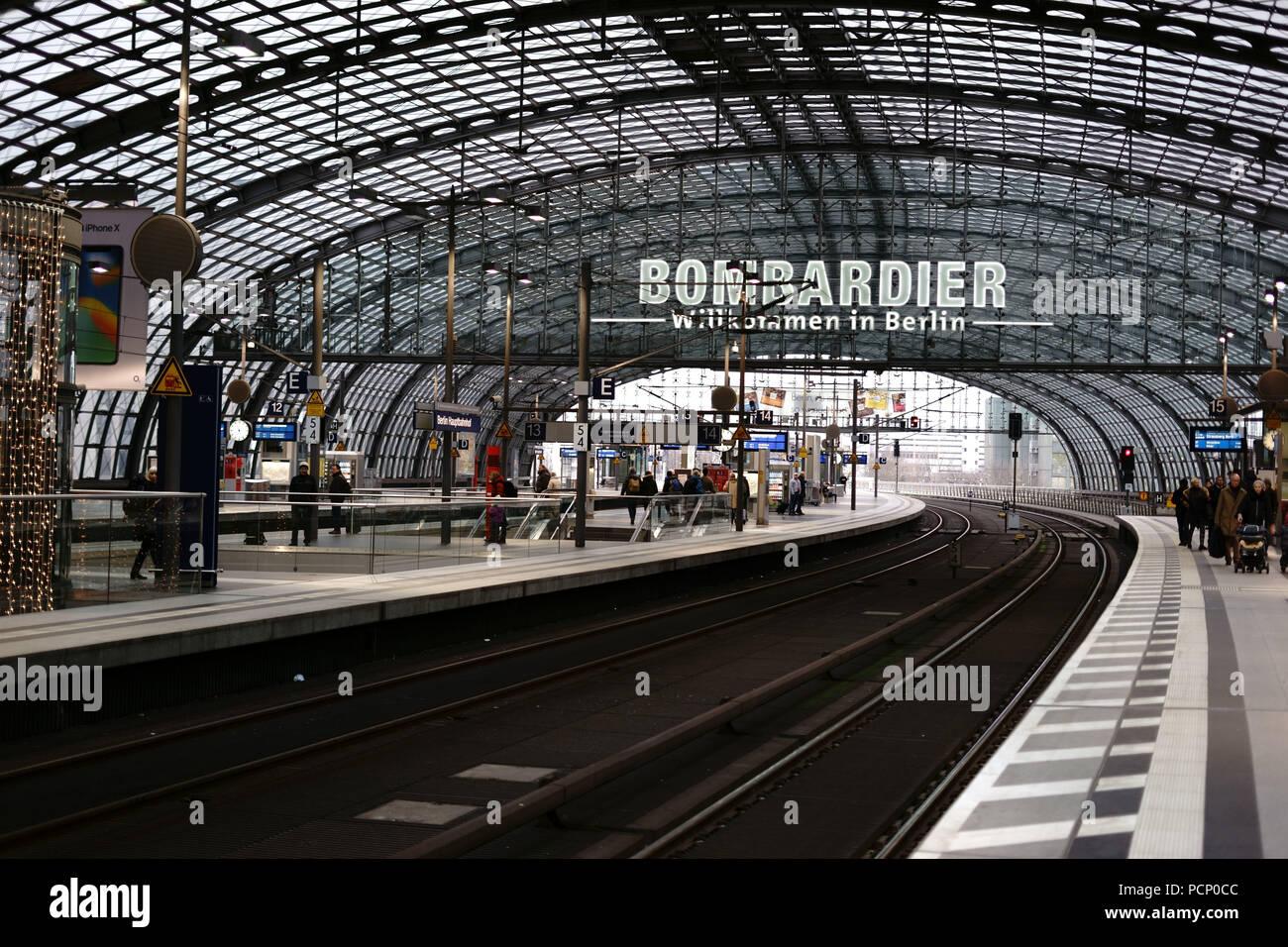Eine Plattform der zentralen Berliner station mit Reisenden und eine unverwechselbare Dachkonstruktion in Berlin. Stockbild