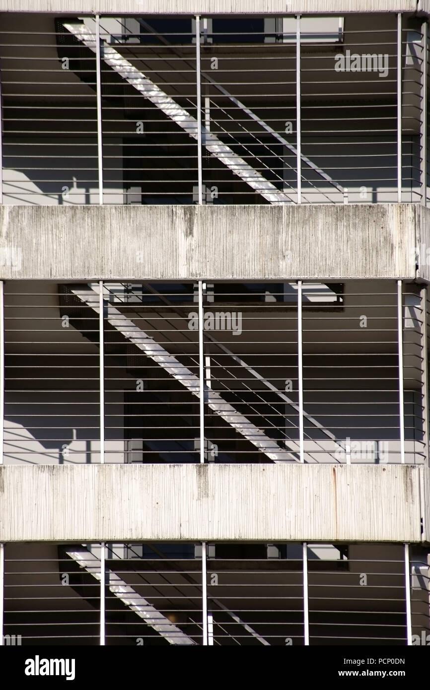 Die Verschiedenen Etagen Und Ein Parkhaus Mit Treppe Hinter Gittern