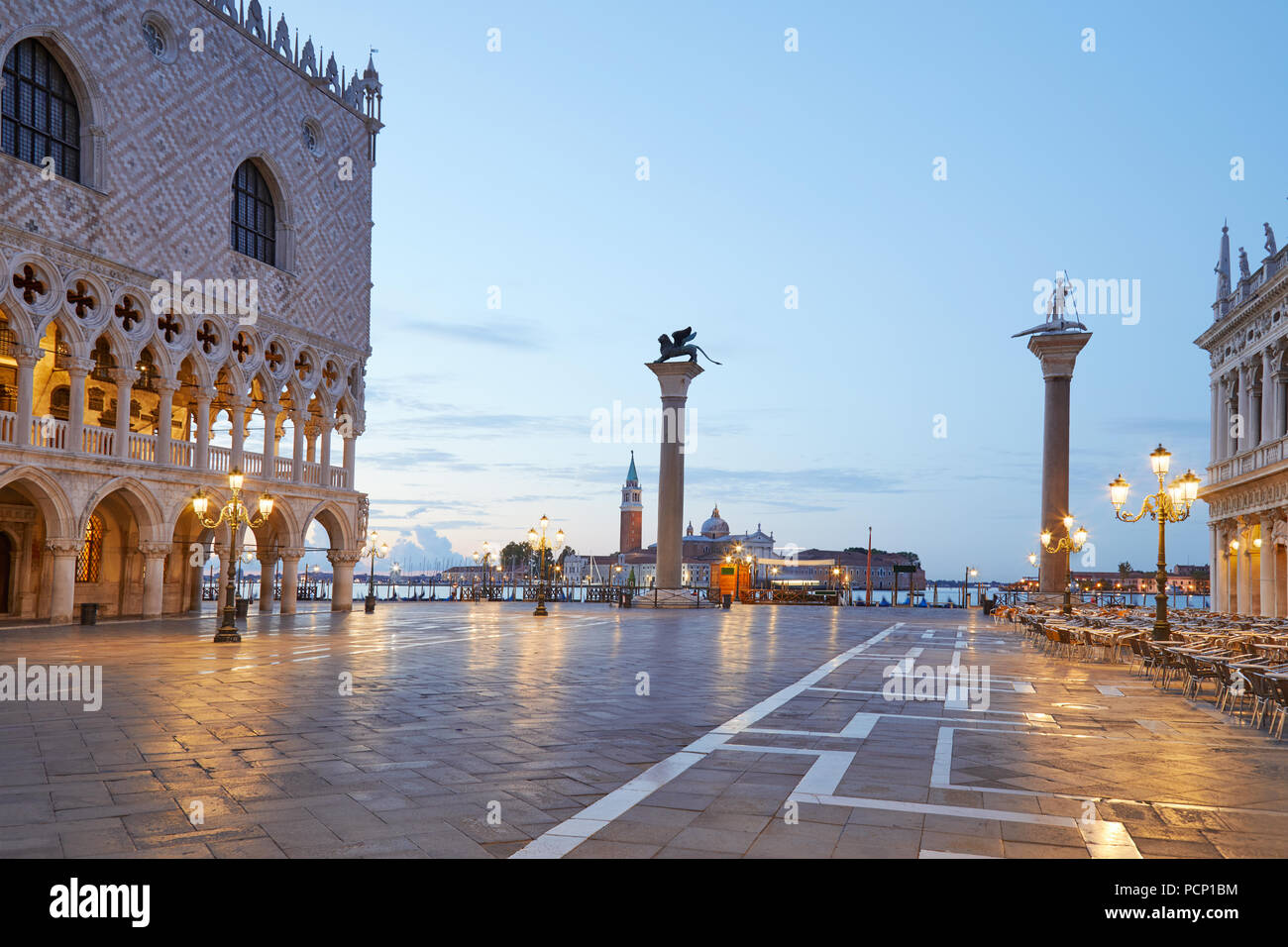 Saint Mark Square beleuchtet, niemand am frühen Morgen in Venedig, Italien Stockbild