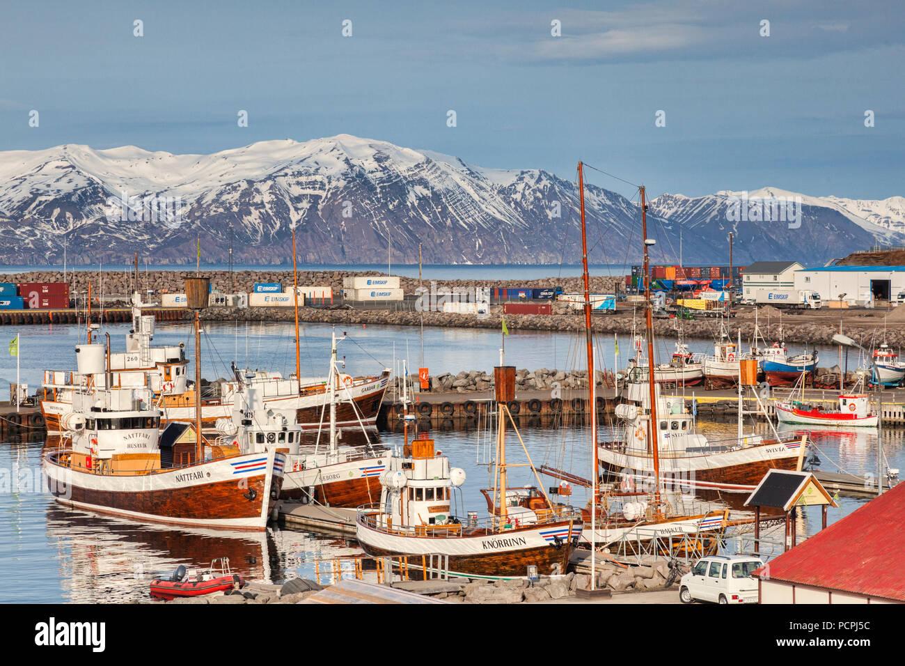 13. April 2018: Husavik, North Island - Whale watching Boote im Hafen an einem strahlenden Frühlingstag. Stockbild