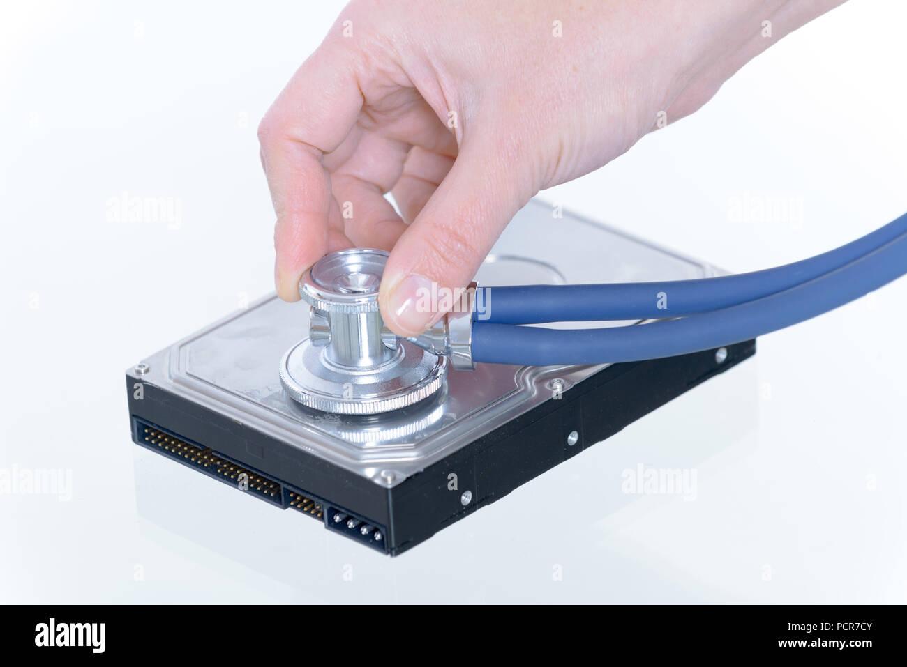 Festplattenfehler, Konzept der Prüfung mit Stethoskop Stockbild