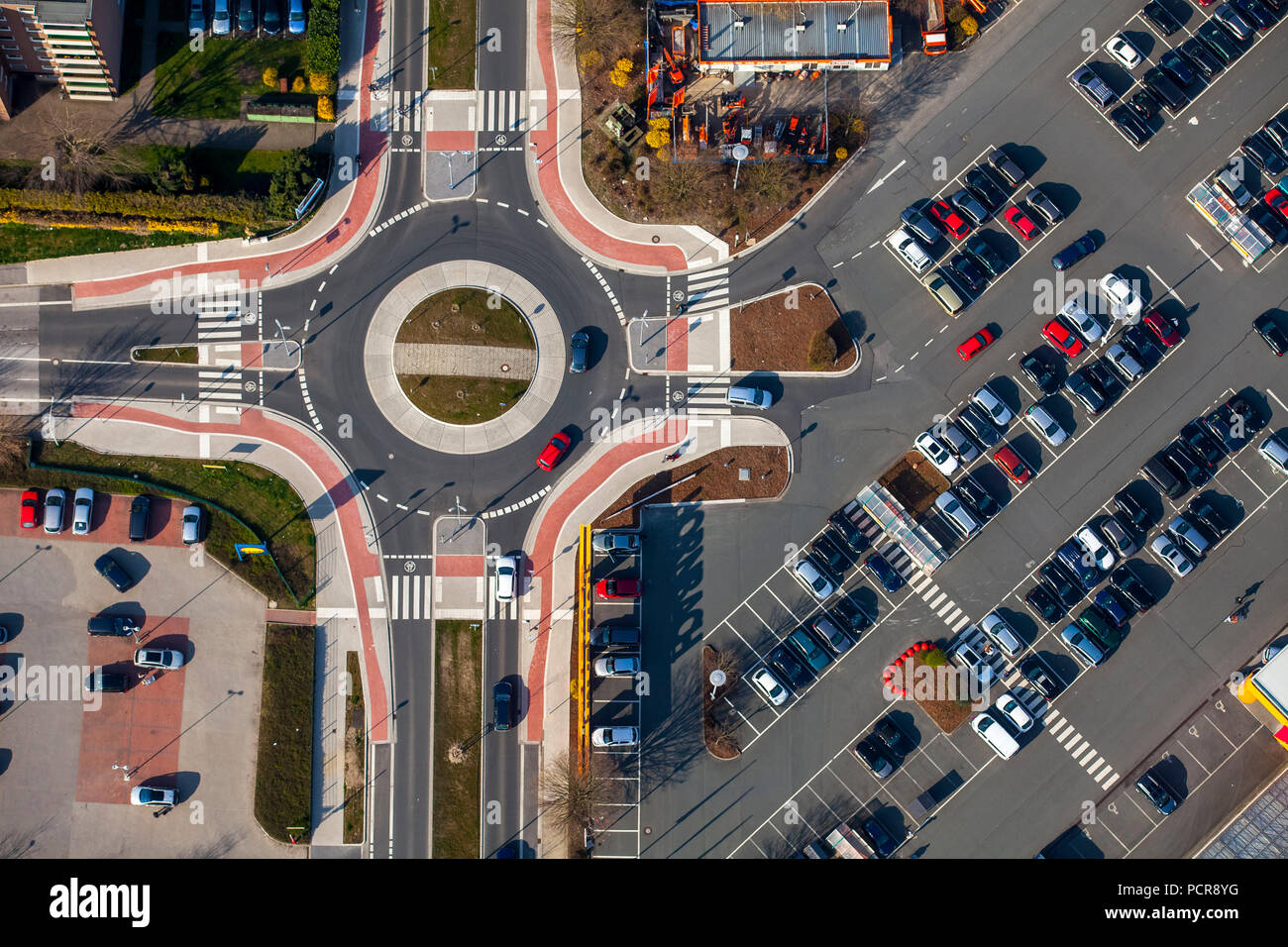 Neue Kreisverkehr auf der Bochumer Straße gegenüber von Hornbach, Fußgängerüberwegen, Parkplatz, Fahrradverleih, Markierungen, Fahrbahnmarkierungen, Herne, Ruhrgebiet, Nordrhein-Westfalen, Deutschland Stockbild