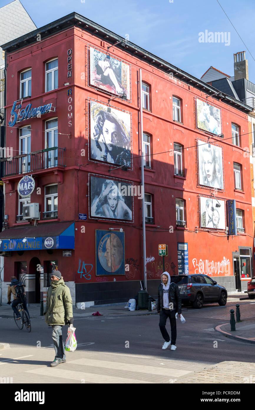 Brüssel, Downtown, 5 th Avenue Pub, mit großen Bilder der Filmstars, Künstler an der Fassade, am Quai du Commerce, Stockfoto