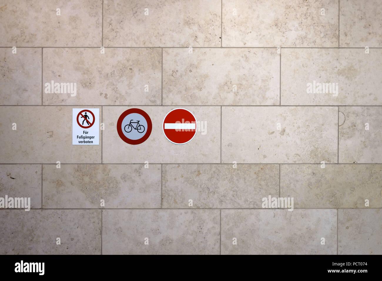 Rote Verkehrsschilder wie Passage auf einem Marmor Wand verboten Stockbild