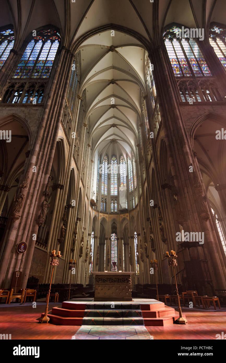 Kirchenschiff Mit Chor Mit Altar Nach Osten Uberqueren Der Kolner Dom Koln Nordrhein Westfalen Deutschland Stockfotografie Alamy