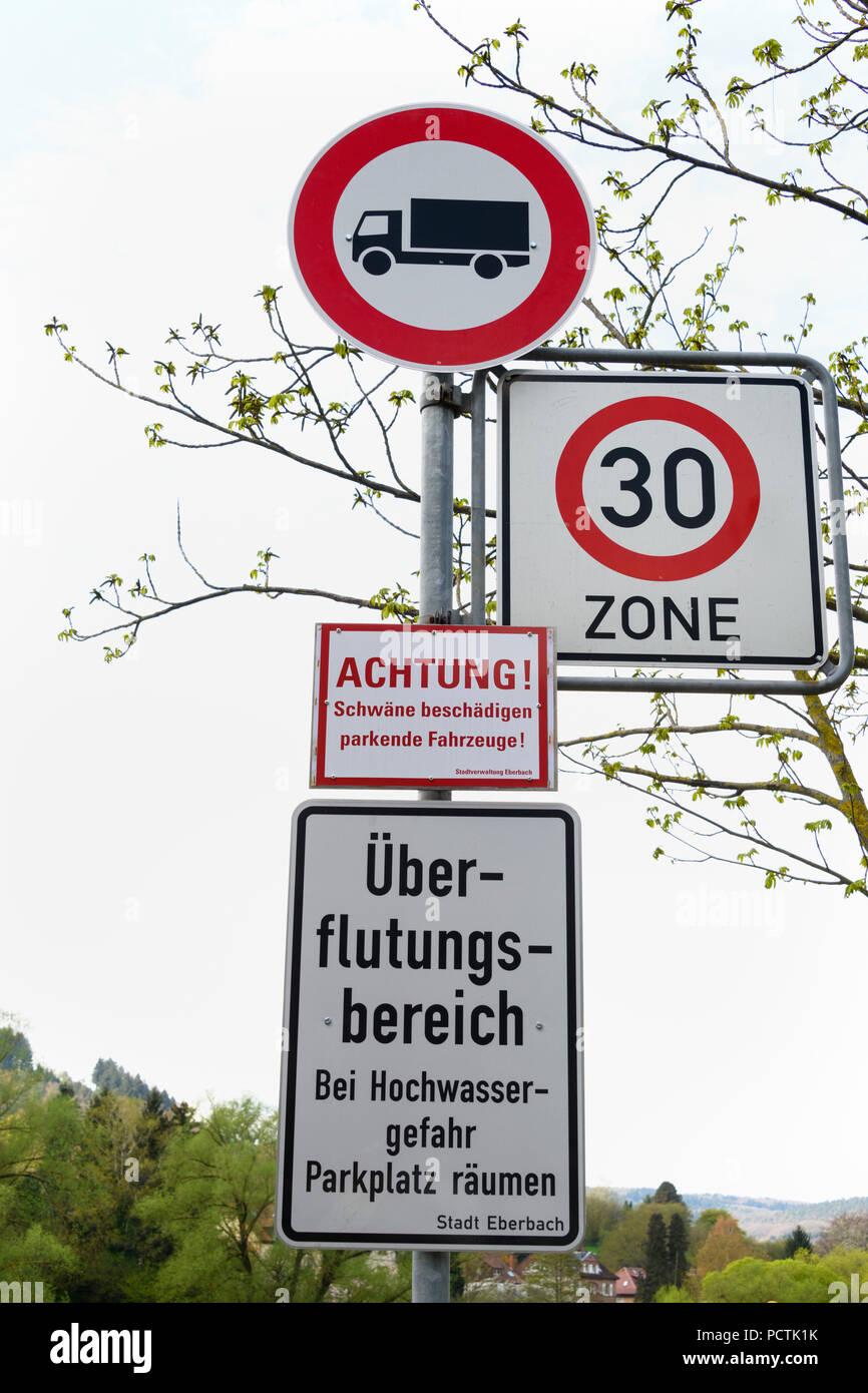 Seltsame Verkehrszeichen, Eberbach, Neckartal Odenwald, Odenwald, Baden-Württemberg, Deutschland Stockbild